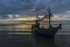 Тропическая рыбацкая лодка в рассвете Стоковые Фото