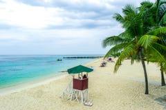 Тропическая сцена пляжа лета песка карибского острова белая стоковое фото