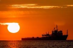 Тропические восход солнца или заход солнца на море Спокойное изображение океана корабля дальше Стоковое Изображение