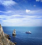 Тропические голубые море и остров стоковые изображения