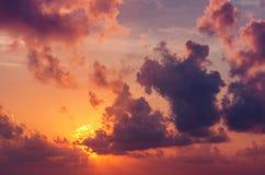 Тропические заход солнца или восход солнца с облаками, световыми лучами и другим атмосферическим влиянием Стоковые Изображения RF