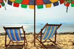 Тропические зонтики и стулья острова Стоковое Фото