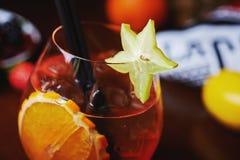Тропические коктеиль или лимонад спирта с украшением Стоковые Изображения RF