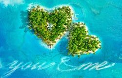 Тропические острова в форме сочинительства сердца и шлюпки отправляют СМС ` вы и я ` стоковые фотографии rf