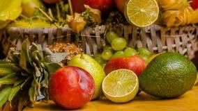 Тропические плодоовощи в корзине стоковое фото rf