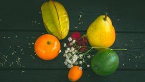 Тропические плодоовощи на серой таблице Стоковая Фотография RF
