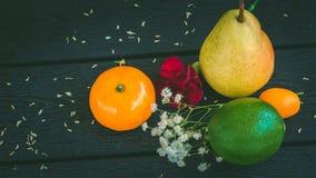 Тропические плодоовощи на серой таблице Стоковое фото RF