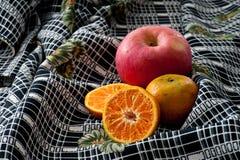 Тропические плодоовощи на славной предпосылке ткани Стоковое Фото