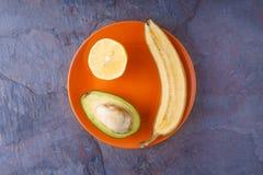 Тропические плодоовощи на оранжевой плите Стоковое Изображение