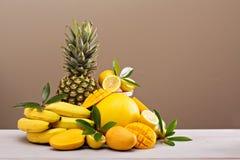 Тропические плодоовощи на таблице Стоковые Фото