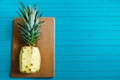 Тропический ананас на деревянных предпосылке, плодоовощ или знамени лета Стоковые Фото