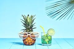 Тропический ананас на пляже Яркий цвет лета Стоковая Фотография