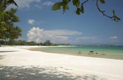 Тропический ландшафт, море и песчаный пляж, идилличный взгляд Стоковые Фотографии RF