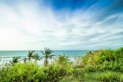 Тропический ландшафт на скале пляжа Balangan, Бали, Индонезии, Азии Солнечный день, красивое голубое небо, зеленые ладони Стоковая Фотография RF