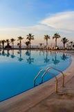 Тропический бассейн курорта с пальмами вертикальными Стоковая Фотография