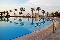 Тропический бассейн курорта с пальмами Стоковые Фото