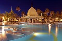 Тропический бассейн на ноче, Аруба Стоковое Изображение RF