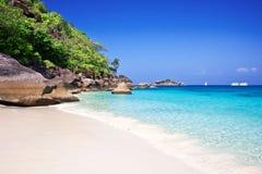 Тропический белый пляж песка Стоковая Фотография