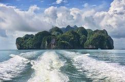 Тропический взгляд острова и трассировка быстроходного катера стоковые фотографии rf