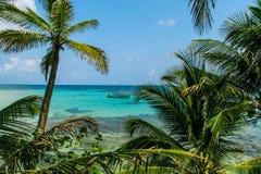Тропический взгляд рая с шлюпкой на голубом море Стоковое фото RF