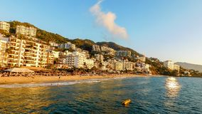 Тропический вид на город вдоль пляжа стоковые изображения