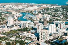 Тропический город Townsville, Квинсленд, северная антенна Австралии соперничает стоковые фотографии rf