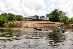 Тропический лес Амазонки: Экспедиция шлюпкой вдоль Амазонкы около Манаус, Бразилии Южной Америки стоковые изображения rf