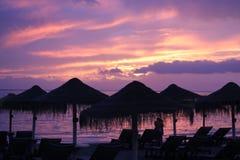 Тропический заход солнца и пара стоковое изображение