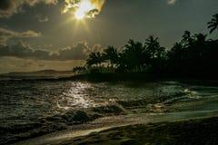 Тропический заход солнца на острове Кауаи в Гаваи Стоковые Фотографии RF