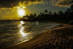 Тропический заход солнца на острове Кауаи в Гаваи Стоковые Фото