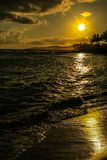 Тропический заход солнца на острове Кауаи в Гаваи Стоковое Изображение