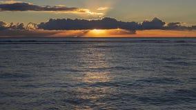 Тропический заход солнца на пляже Waikiki, Гонолулу, острове Оаху, Гаваи, США стоковое фото rf
