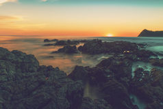 Тропический заход солнца береговой линии в Коста-Рика Стоковое фото RF