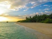 Тропический заход солнца Мальдивов Стоковая Фотография RF