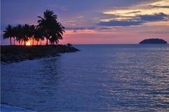 Тропический заход солнца над океаном и островом Стоковые Изображения RF
