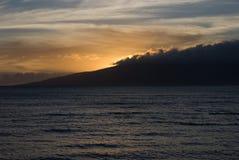 Тропический заход солнца над пляжем в Мауи Гаваи Стоковое фото RF
