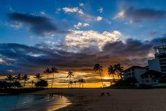Тропический заход солнца пляжа в Оаху, Гаваи Стоковые Фотографии RF