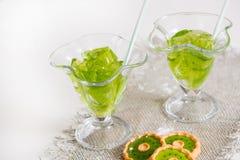 Тропический зеленый коктеиль с лимоном и свежей мятой Стоковые Фото