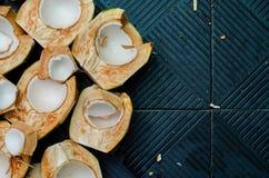 Тропический зеленый кокос разделен в 2 половины увидел кокос Стоковая Фотография