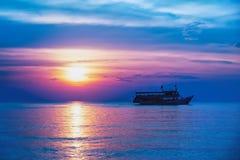 Тропический красочный драматический заход солнца Стоковые Изображения