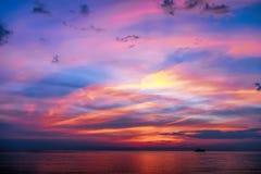 Тропический красочный драматический заход солнца Стоковое Изображение