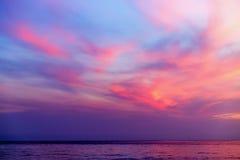 Тропический красочный драматический заход солнца Стоковые Фотографии RF