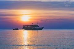 Тропический красочный драматический заход солнца Стоковые Изображения RF