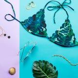 Тропический купальник бикини, мода пляжа Положение аксессуаров женщины путешественника плоское с swimwear, ладонью выходит Стоковая Фотография