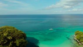 Тропический ландшафт, голубой залив и шлюпка сток-видео