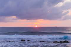 Тропический ландшафт предпосылки моря Голубое море безграничности и мягкие пушистые облака стоковая фотография rf