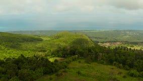 Тропический ландшафт с сельскохозяйственными угодьями Camiguin, Филиппинами сток-видео