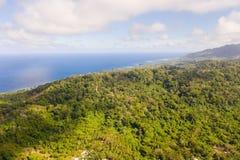 Тропический лес на большом острове, взгляд сверху Массив леса на холмах тропического острова стоковая фотография rf