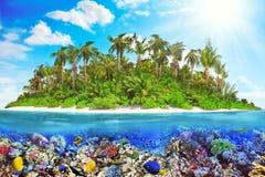 Тропический остров в океане и красивом подводном мире Стоковые Фотографии RF