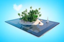 Тропический остров рая в форме сердца на экране таблетки Стоковое Изображение RF